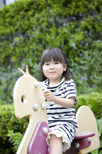 公園で遊ぶ女の子の写真素材 [FYI04128605]