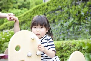 公園で遊ぶ女の子の写真素材 [FYI04128606]
