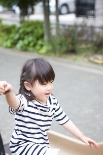 公園で遊ぶ女の子の写真素材 [FYI04128607]