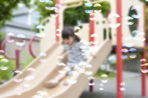公園で遊ぶ女の子の写真素材 [FYI04128612]