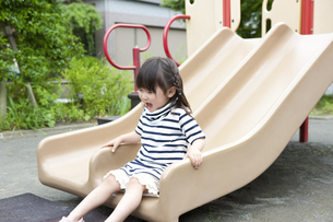 公園で遊ぶ女の子の写真素材 [FYI04128613]