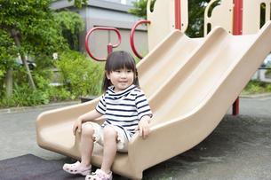 公園で遊ぶ女の子の写真素材 [FYI04128614]