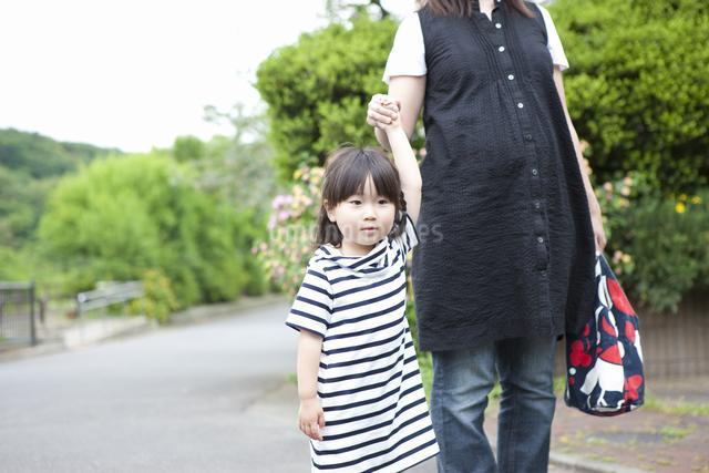 お母さんとお散歩する女の子の写真素材 [FYI04128639]