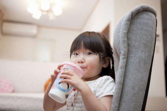 ジュースを飲む女の子の写真素材 [FYI04128650]