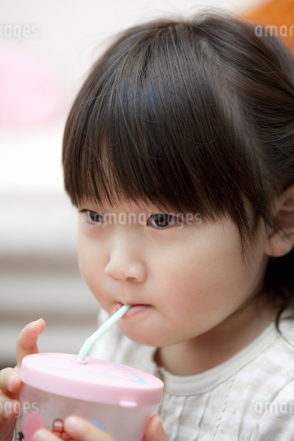 ジュースを飲む女の子の写真素材 [FYI04128651]