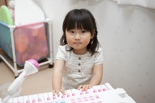 エレクトーンを弾く女の子の写真素材 [FYI04128658]