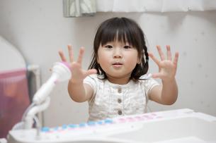 エレクトーンを弾く女の子の写真素材 [FYI04128659]