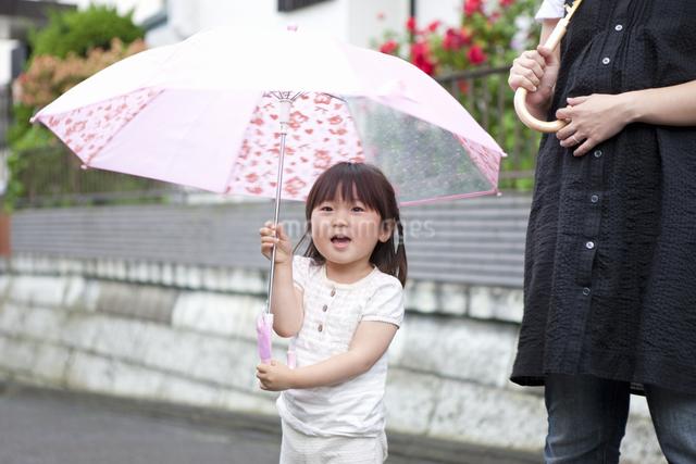 傘をさす女の子の写真素材 [FYI04128668]