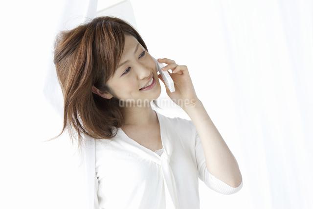 携帯で電話をする女性の写真素材 [FYI04129013]