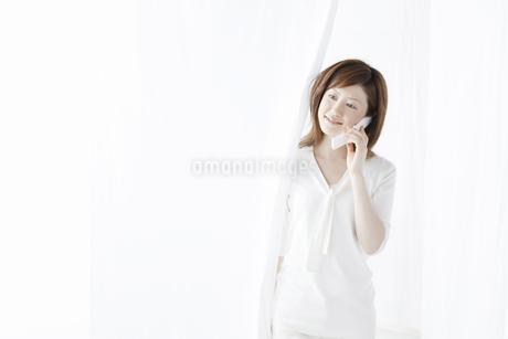 携帯で電話をする女性の写真素材 [FYI04129014]