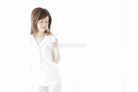 メールをする女性の写真素材 [FYI04129015]