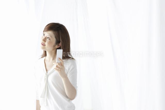 携帯を持つ女性の写真素材 [FYI04129016]