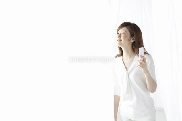携帯を持つ女性の写真素材 [FYI04129017]