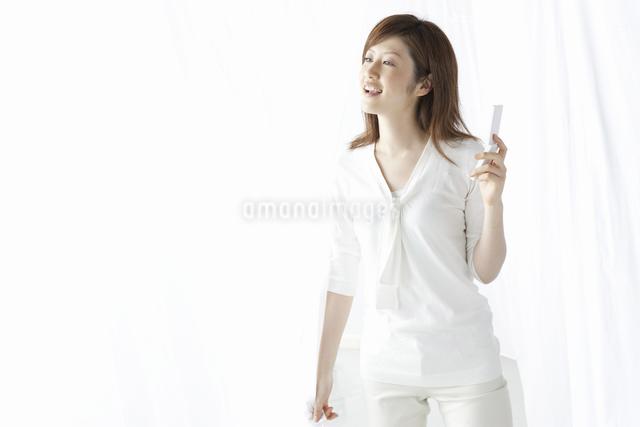 携帯を持つ女性の写真素材 [FYI04129018]