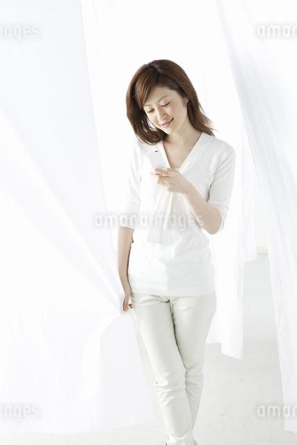メールをする女性の写真素材 [FYI04129020]