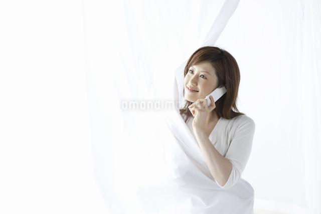 携帯で電話をする女性の写真素材 [FYI04129023]