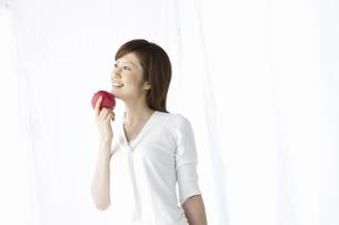 リンゴを持つ女性の写真素材 [FYI04129116]