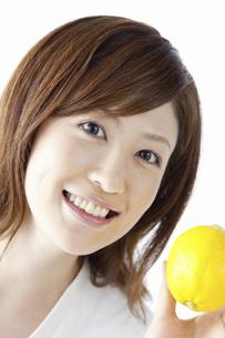 レモンを持つ女性の写真素材 [FYI04129117]