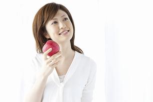 リンゴを持つ女性の写真素材 [FYI04129118]