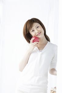 リンゴを持つ女性の写真素材 [FYI04129119]