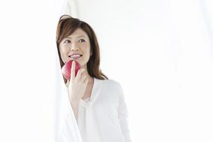 リンゴを持つ女性の写真素材 [FYI04129120]