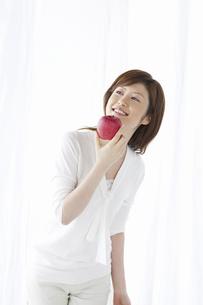 リンゴを持つ女性の写真素材 [FYI04129121]