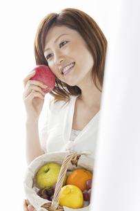 リンゴを持つ女性の写真素材 [FYI04129124]
