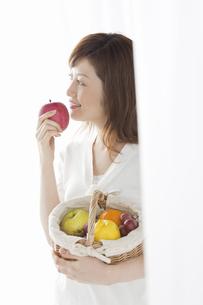 リンゴを持つ女性の写真素材 [FYI04129125]