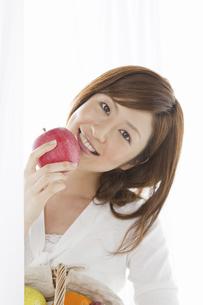 リンゴを持つ女性の写真素材 [FYI04129127]