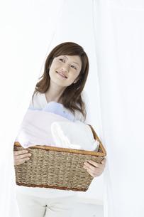 洗濯かごを持つ女性の写真素材 [FYI04129197]