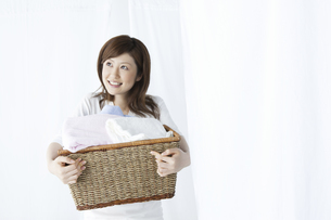 洗濯かごを持つ女性の写真素材 [FYI04129198]