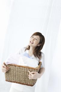 洗濯かごを持つ女性の写真素材 [FYI04129199]