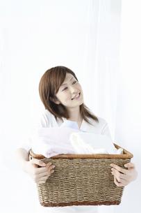洗濯かごを持つ女性の写真素材 [FYI04129200]