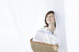 洗濯かごを持つ女性の写真素材 [FYI04129201]