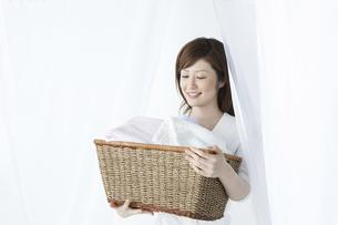 洗濯かごを持つ女性の写真素材 [FYI04129202]