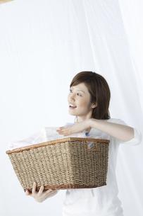洗濯かごを持つ女性の写真素材 [FYI04129203]