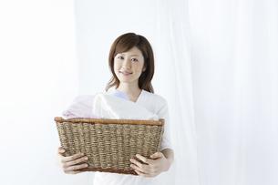 洗濯かごを持つ女性の写真素材 [FYI04129204]