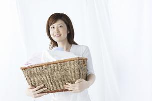 洗濯かごを持つ女性の写真素材 [FYI04129205]