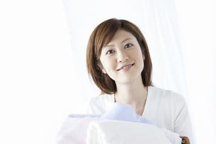洗濯かごを持つ女性の写真素材 [FYI04129206]