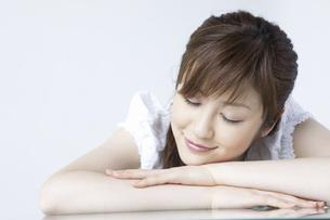 昼寝をする女性の写真素材 [FYI04129235]