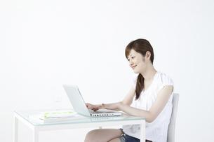 パソコンをする女性の写真素材 [FYI04129268]