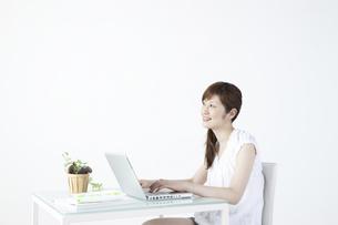 パソコンをする女性の写真素材 [FYI04129270]