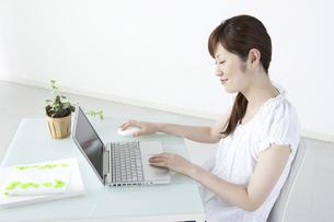パソコンをする女性の写真素材 [FYI04129273]
