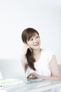 パソコンをする女性の写真素材 [FYI04129274]