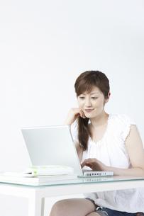 パソコンをする女性の写真素材 [FYI04129275]