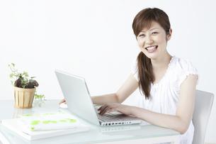 パソコンをする女性の写真素材 [FYI04129277]