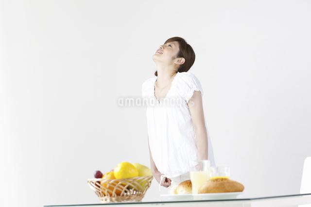 朝食と女性の写真素材 [FYI04129339]
