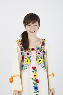 花柄のチュニックを着た女性の写真素材 [FYI04129379]
