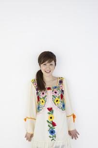 花柄のチュニックを着た女性の写真素材 [FYI04129383]
