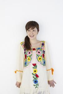 花柄のチュニックを着た女性の写真素材 [FYI04129384]